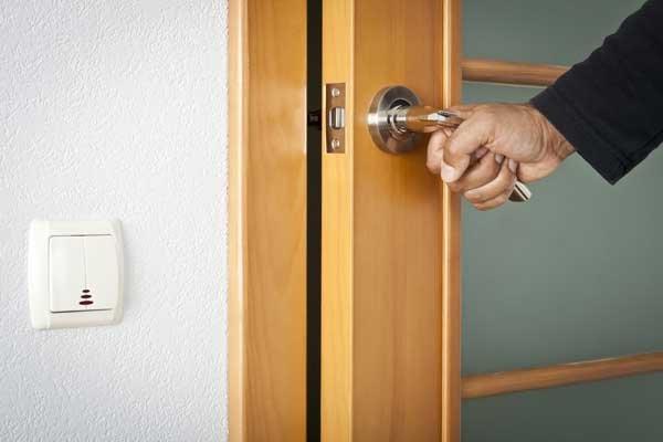 Как отремонтировать дверь из шпона